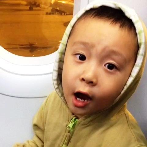 """坐飞机,他问""""行李箱呢""""又自答""""在后备箱"""""""