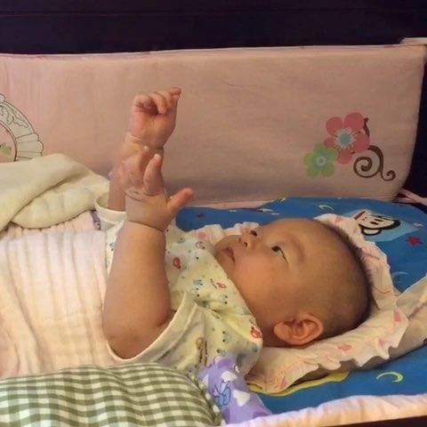 day181 清晨宝宝睡醒了 麻麻一旁观察 这小家伙在干什么呢