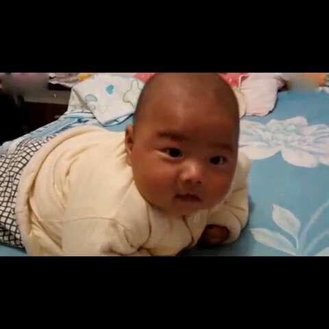 逗比宝宝狂虐汪星人——走开,我们不是一个世界滴人#搞笑宝宝