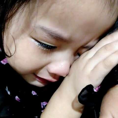 萌娃表情秀#喉咙痛的不能吃零食,就鼻涕一把泪一把滴